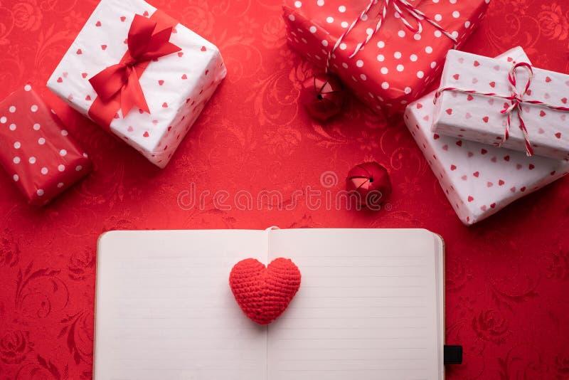 在笔记薄纸的红心形状与华伦泰装饰集合 库存图片