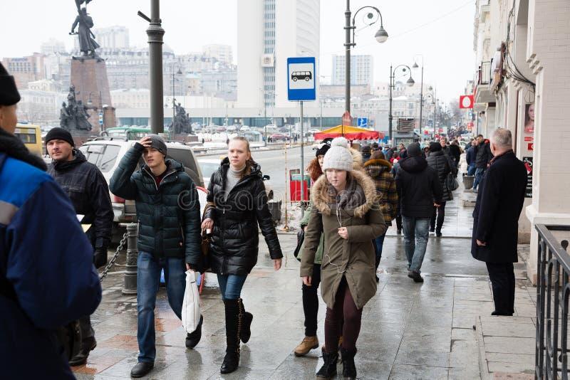 在符拉迪沃斯托克,俄罗斯街道上的人们  库存照片