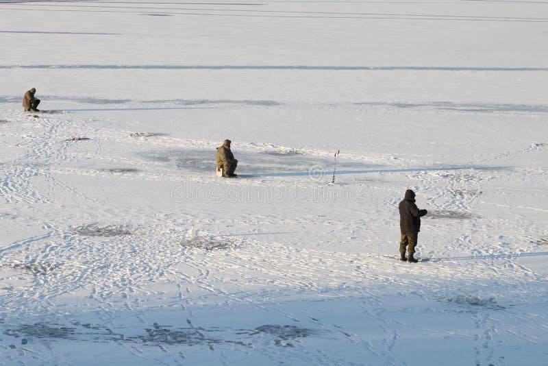 在第一冰的冬天钓鱼 免版税库存图片