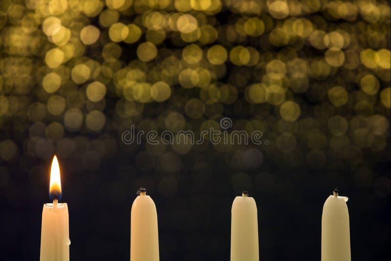 在第一出现的一个灼烧的蜡烛 库存图片