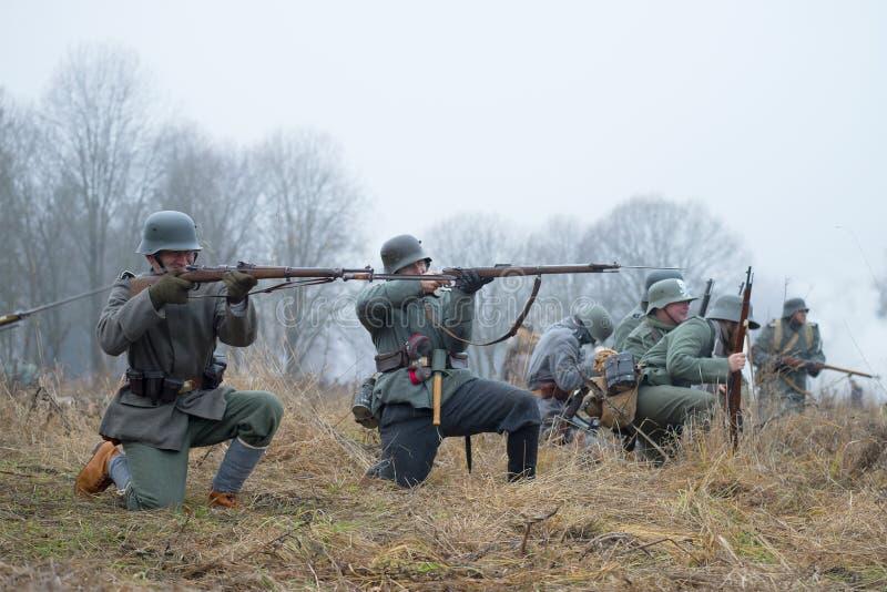 在第一次世界大战期间的德国步兵在争斗 国际军事历史节日 库存照片