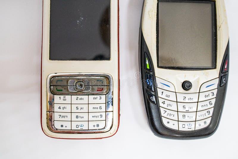 在第二代的传统手机与键盘按钮和微型黑白显示器由白色孤立冲切了backg 免版税库存图片