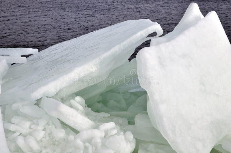 在第聂伯河的冬日有堆的残破的冰 免版税库存照片