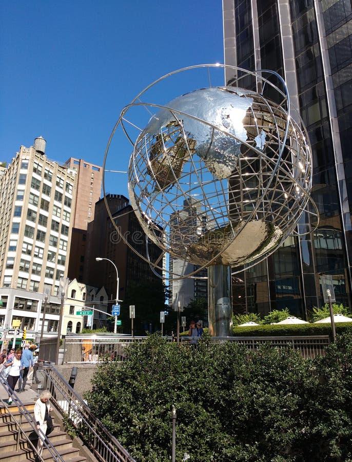 在第59个街道哥伦布圈子地铁站,纽约,美国的地球雕塑 免版税库存照片