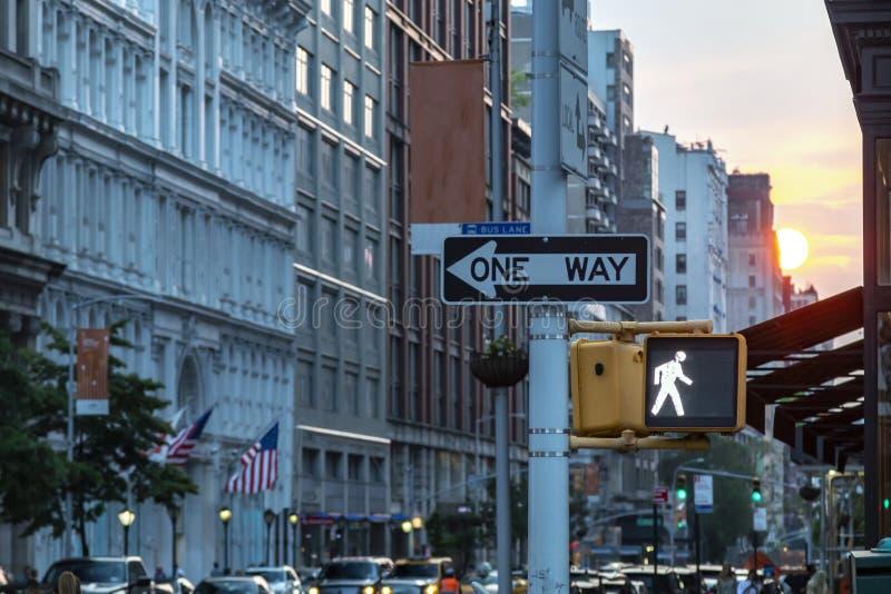 在第5条大道的一方式路牌在有日落光的曼哈顿中城纽约在背景中 免版税库存图片