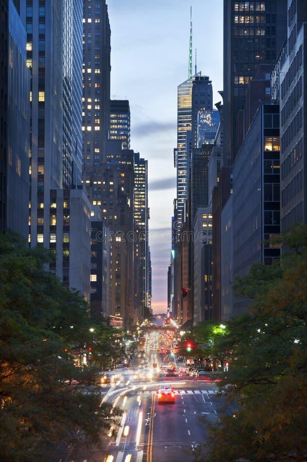 在第42条街道,纽约上的晚上交易 库存图片
