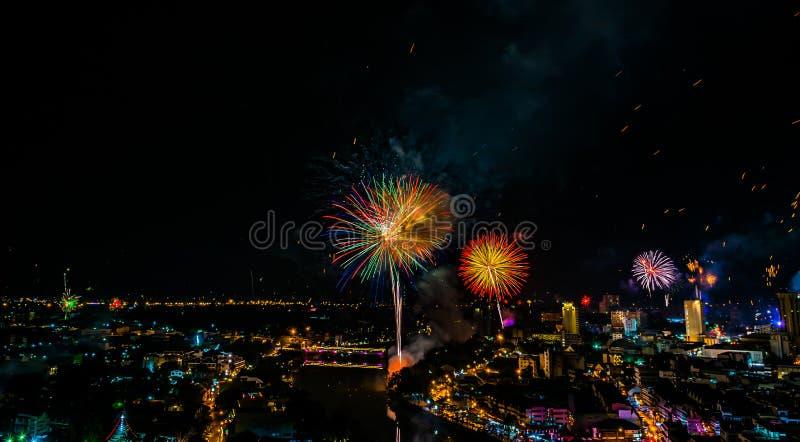 在第1的烟花疾风1月庆祝在清迈Thail 免版税库存照片