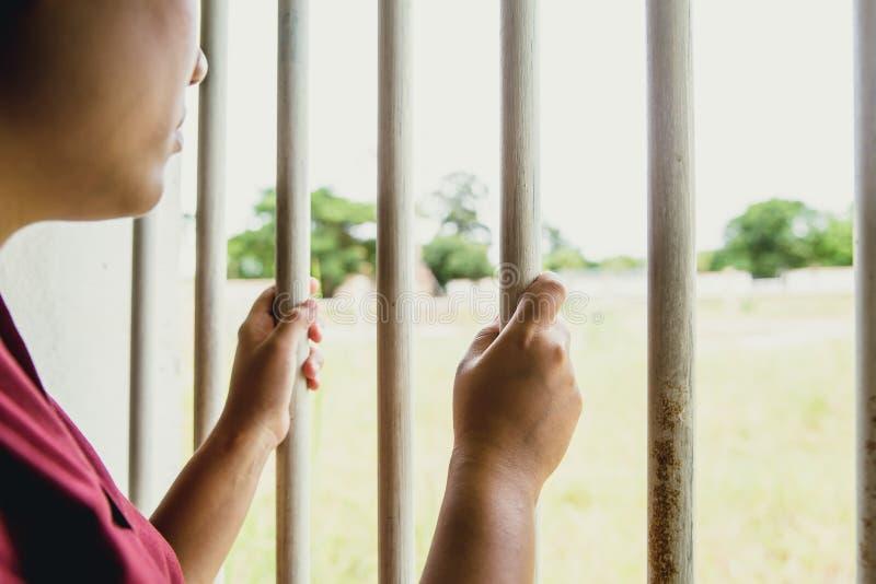 在笼子监狱的妇女监狱缺掉手没有自由 免版税库存照片