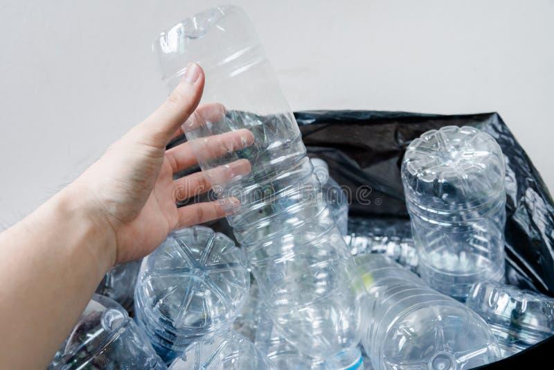 在等待黑的垃圾袋的塑料瓶被采取回收 免版税库存图片