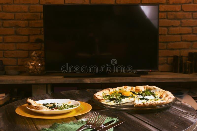 在等离子电视的背景的薄饼 艺术背景,碗筷,家内部 库存图片