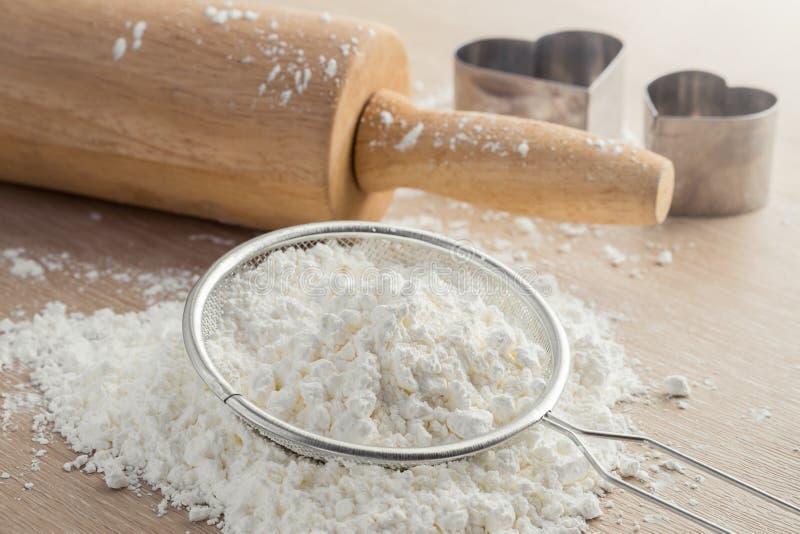 Download 在筛子和木滚针的面粉 库存图片. 图片 包括有 烘烤, 准备, 筛子, 过滤, 自然, bacterias - 59108473