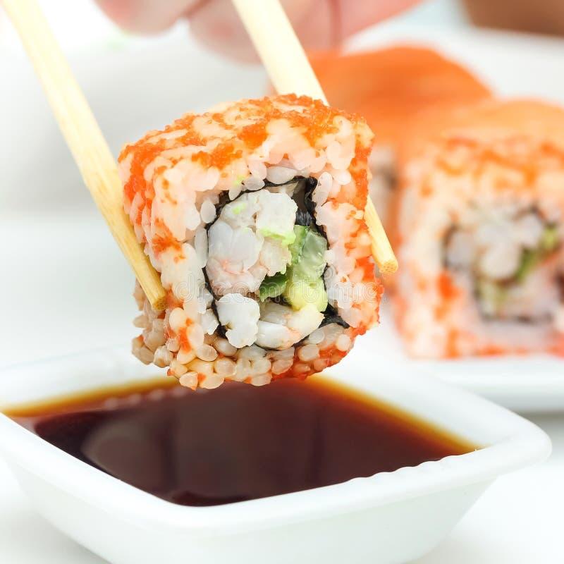 在筷子的寿司卷 免版税库存图片