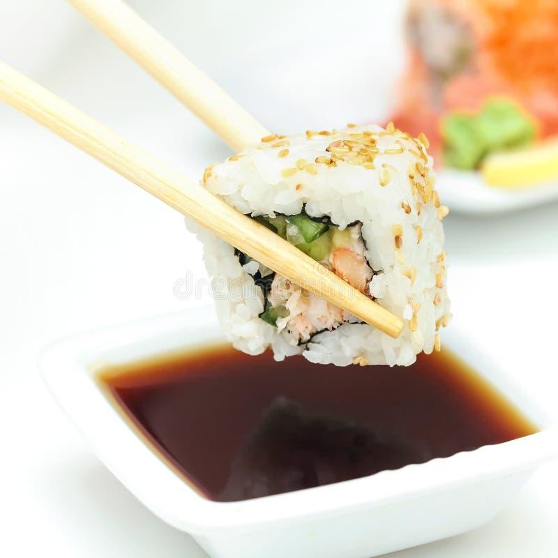 在筷子的寿司卷 图库摄影