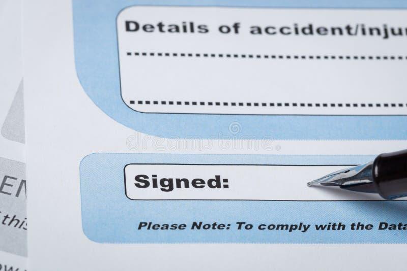 在签字的文件的署名领域与笔和这里;文件我 库存图片