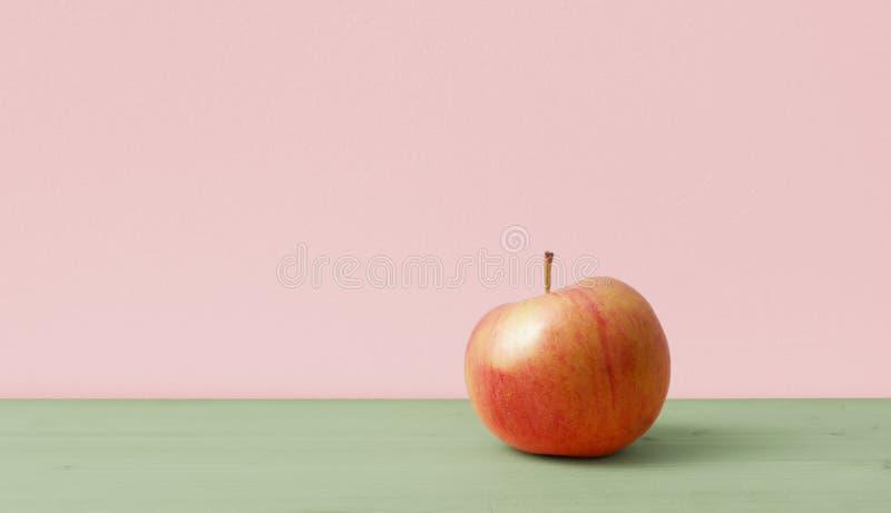 在简单的背景的苹果计算机 免版税库存图片