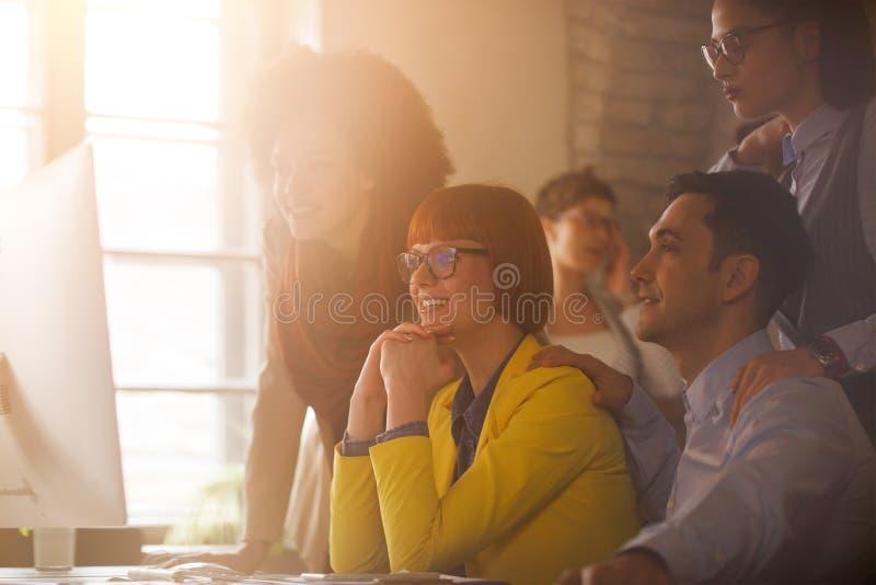 在简报的工作组在办公室 免版税库存图片