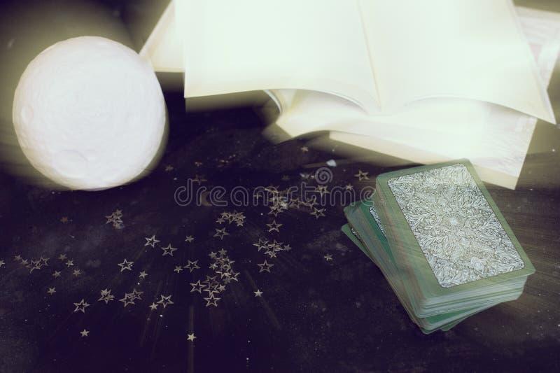 在算命者书桌桌上的占卜用的纸牌 未来读书 库存图片