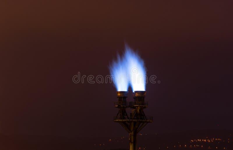 在管子工厂的燃烧的蓝色火火焰 免版税图库摄影