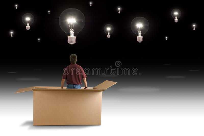 在箱子人之外认为看见许多想法电灯泡 免版税图库摄影
