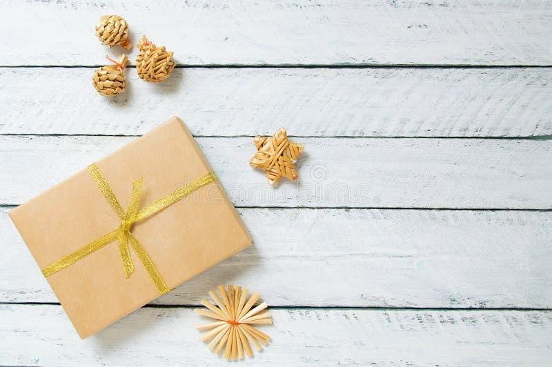 在箱子和装饰装饰品的圣诞礼物 橄榄凤尾鱼汤 免版税库存图片