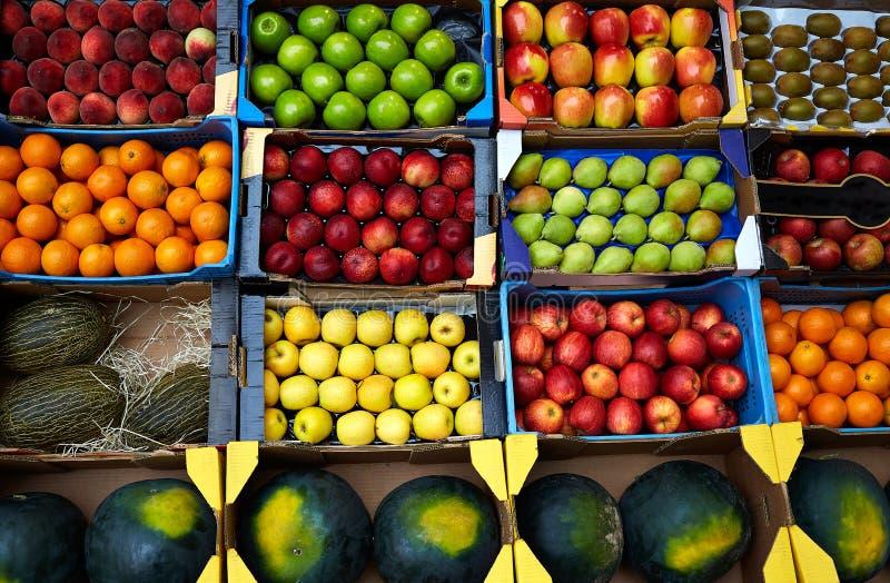 在箱子显示的果子背景在市场上 免版税库存照片