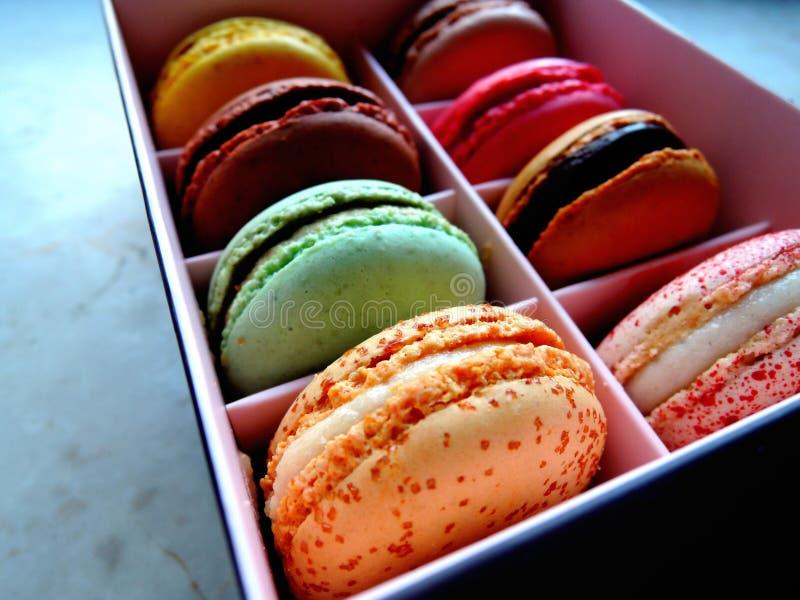 在箱子的五颜六色的蛋白杏仁饼干 库存照片