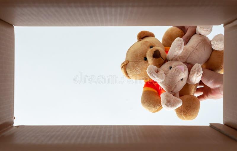 在箱子的包装的玩偶房子移动的 照片从底视图采取 免版税库存照片
