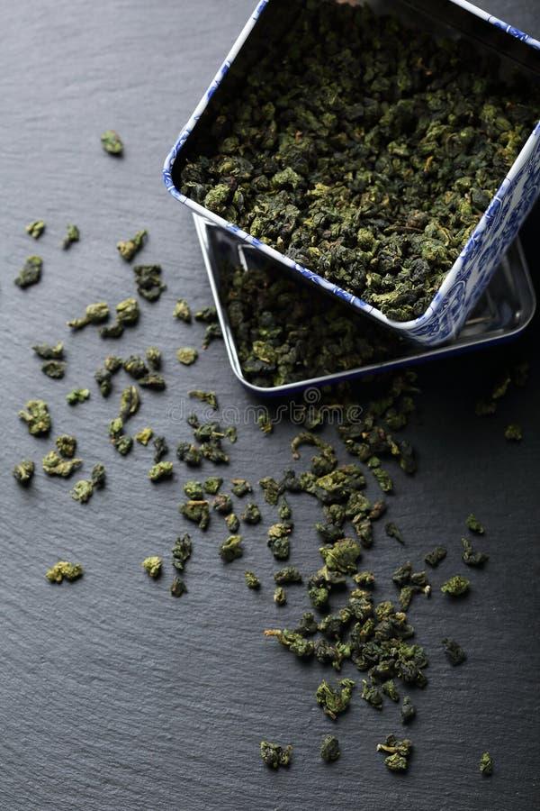 在箱子的干绿色茶叶 免版税图库摄影
