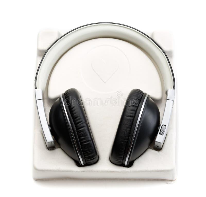 在箱子的新的耳机有案件的 库存照片