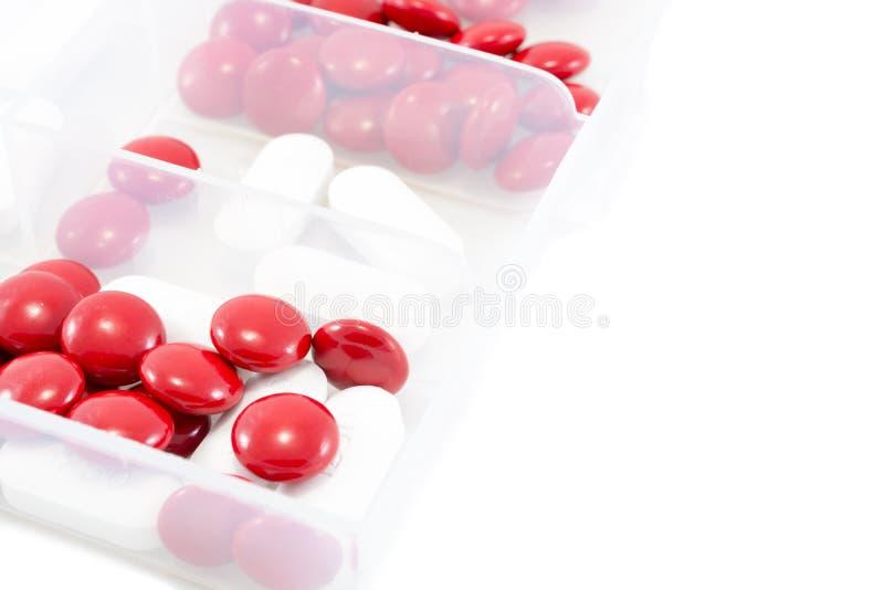 在箱子的红色和白色药片 免版税库存图片