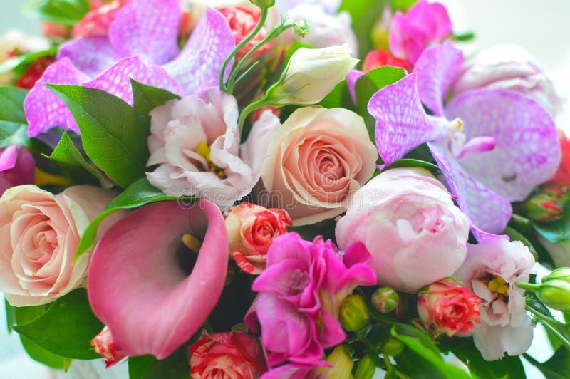 在箱子的美丽的五颜六色的花束 免版税库存照片