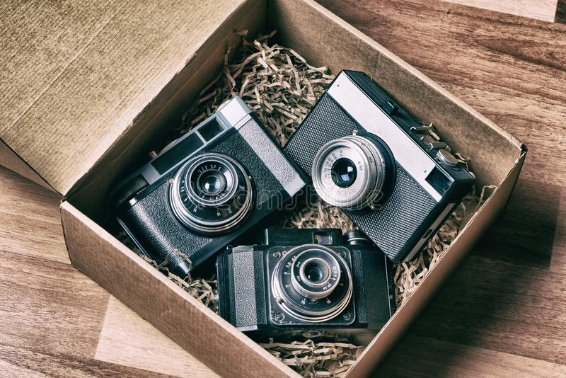 在箱子的老减速火箭的测距仪照相机 免版税库存图片