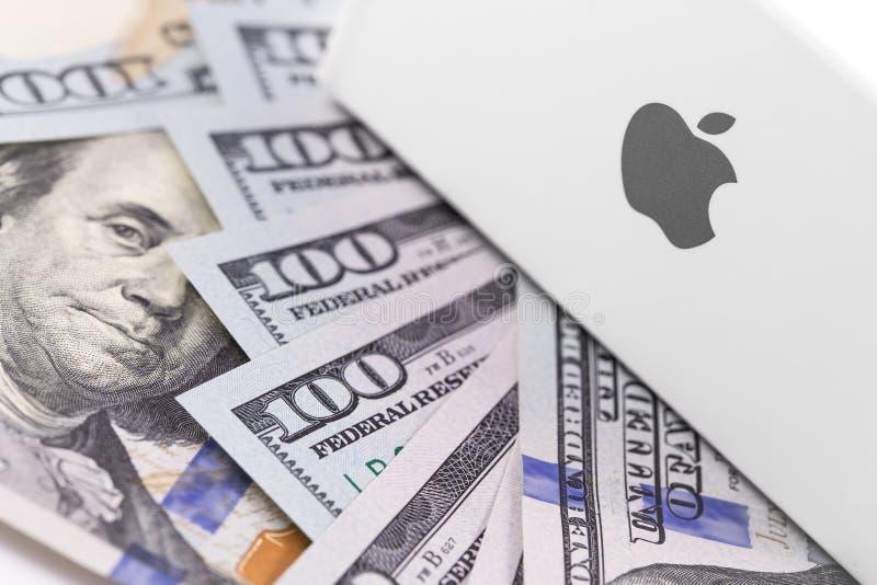 在箱子的苹果计算机商标,美元 苹果计算机是一多民族technol 库存照片