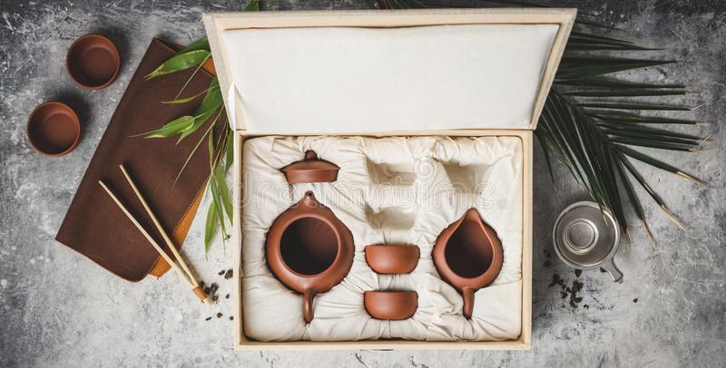 在箱子的茶具在具体背景 库存图片