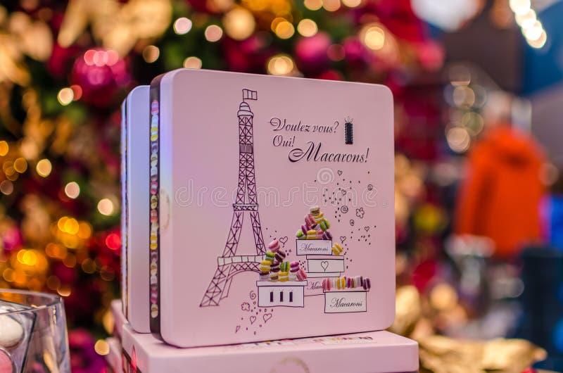 在箱子的著名五颜六色的法国蛋白杏仁饼干在KaDeWe 免版税库存照片
