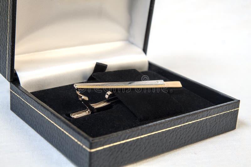 在箱子的领带夹 免版税库存照片