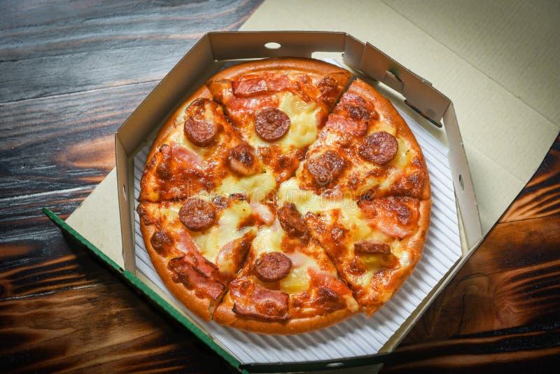 在箱子/可口鲜美便当意大利传统披萨奶酪的比萨 免版税库存图片