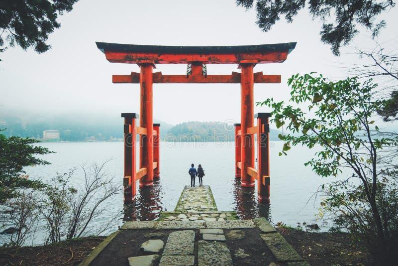 在箱根寺庙,日本的一对可爱的夫妇 免版税库存照片