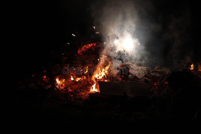 在篝火的夜烟花 免版税库存图片