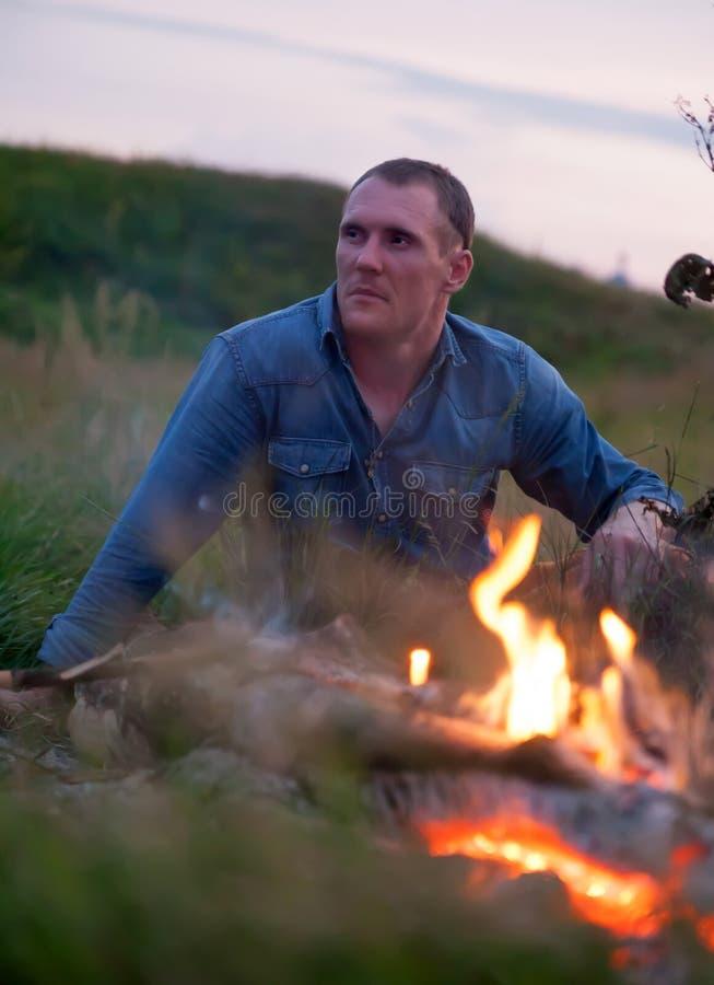 在篝火附近的人本质上 库存图片
