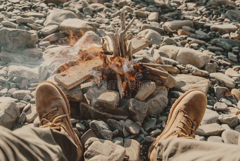 在篝火附近的休息 库存照片