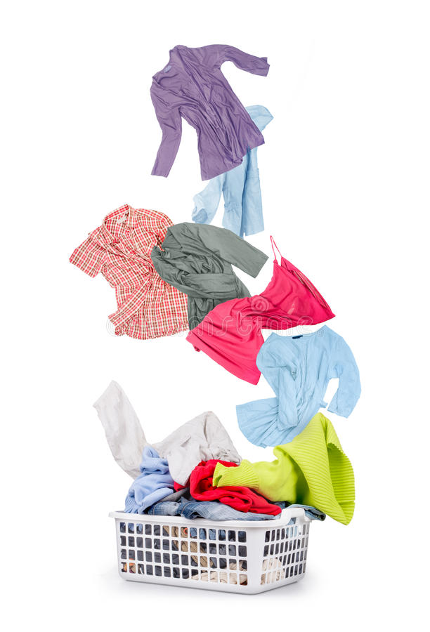 在篮子和落的衣裳的洗衣店 免版税库存图片