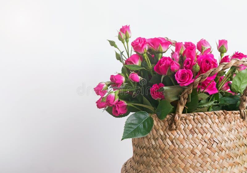 在篮子特写镜头的美丽的小桃红色玫瑰 库存图片