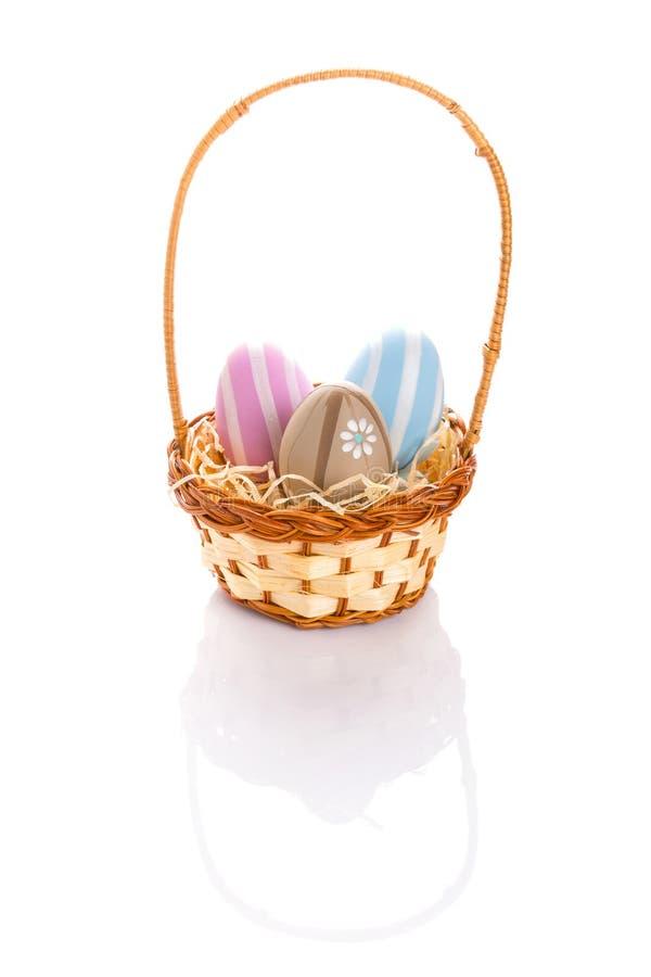 在篮子的五颜六色的复活节彩蛋 免版税库存图片