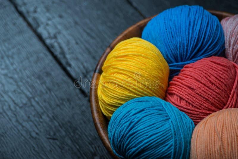 在篮子的五颜六色的编物纱球 图库摄影