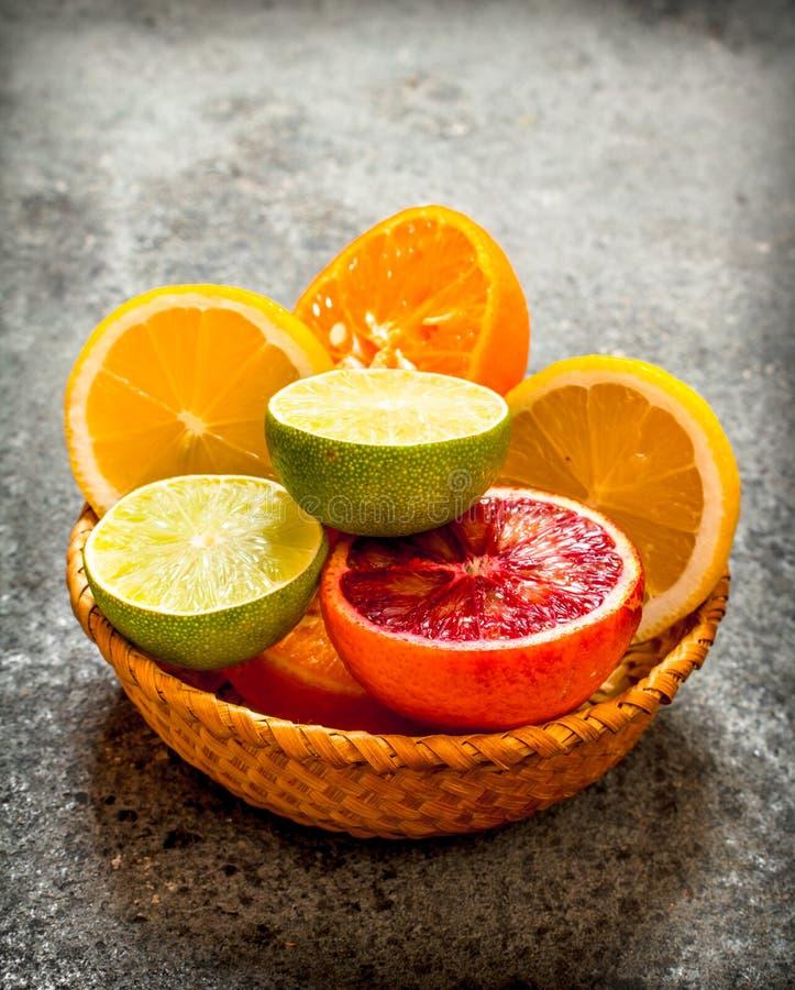 在篮子的切的柑橘水果 免版税库存图片
