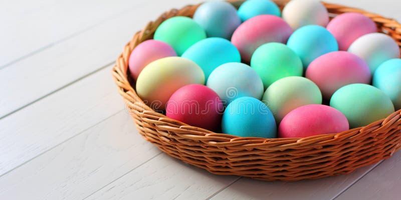在篮子的复活节彩蛋在木背景 免版税库存照片