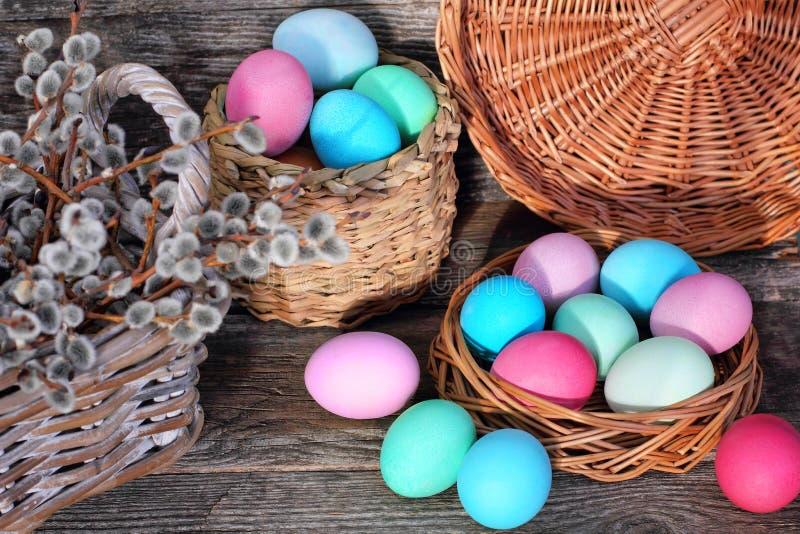 在篮子的复活节彩蛋在木背景 库存照片
