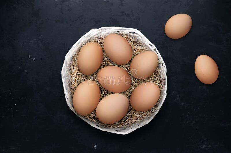 在篮子的复活节彩蛋在黑背景 免版税库存图片