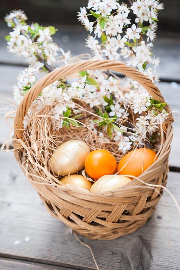 在篮子的复活节彩蛋 免版税库存图片